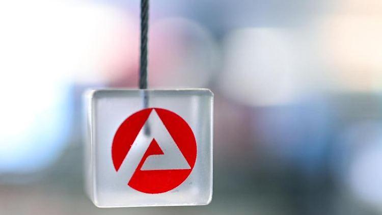 Auf einem transparenten Würfel ist das Logo der Agentur für Arbeit zu sehen. Foto: Felix Kästle/dpa/Archivbild