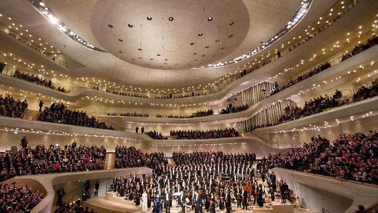 Das NDR Elbphilharmonie Orchester erhält den Schlussapplaus nach dem Eröffnungskonzert in der Elbphilharmonie 2017. Foto: Christian Charisius/dpa/Archivbild