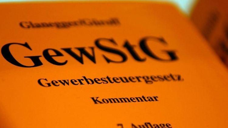 Eine Textausgabe der Kommentare zum Gewerbesteuergesetz in der 7. Auflage. Foto: Oliver Berg/dpa/Archivbild