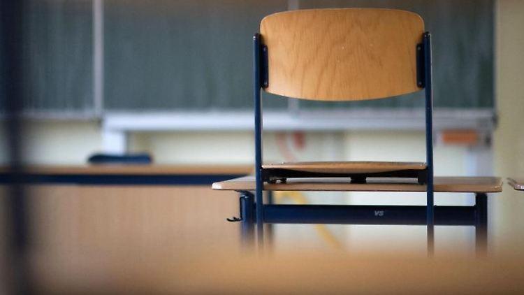 Ein Stuhl steht in einem Klassenzimmer einer Realschule auf einem Tisch. Foto: Marijan Murat/dpa/Archivbild