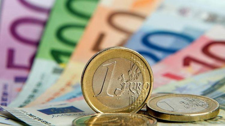 Euro-Banknoten und Euromünzen. Foto: Daniel Reinhardt/dpa/Symbolbild
