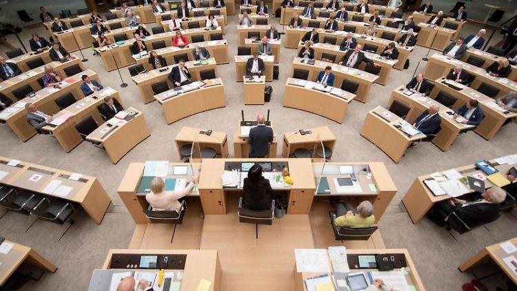 Abgeordnete sitzen bei einer Plenarsitzung im Landtag von Baden-Württemberg. Foto: Marijan Murat/dpa/Archivbild