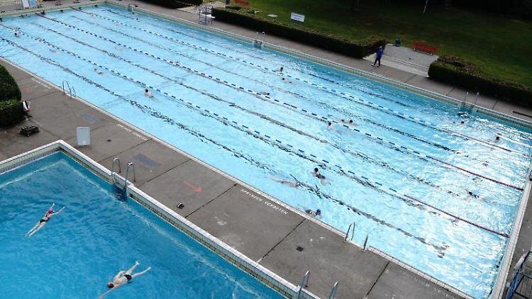 Freizeitsportler gehen nach Lockerungen der Corona-Beschränkungen wieder ins Freibad. Foto: Kay Nietfeld/dpa/Archivbild