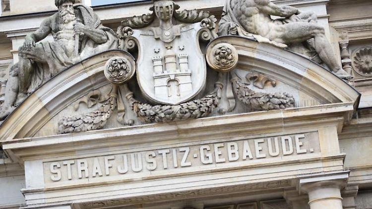 Der Haupteingang zum Strafjustizgebäude in Hamburg. Foto: Christian Charisius/dpa/Archivbild