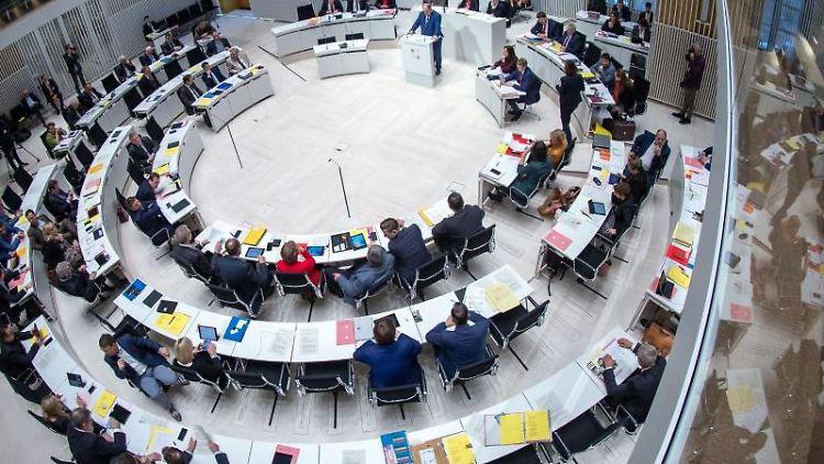 Abgeordnete sitzen im Plenarsaal im Landtag von Mecklenburg-Vorpommern. Foto: Jens Büttner/dpa-Zentralbild/dpa