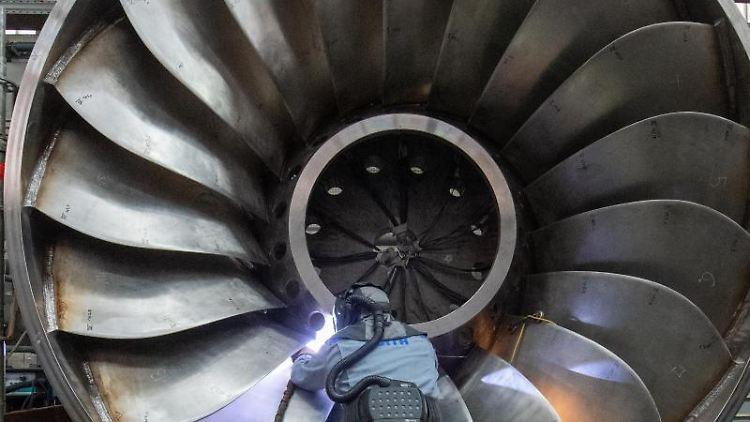 Ein Arbeiter eines Maschinen- und Anlagenbauers arbeitet an einer Wasserturbine. Foto: Stefan Puchner/dpa/Symbolbild
