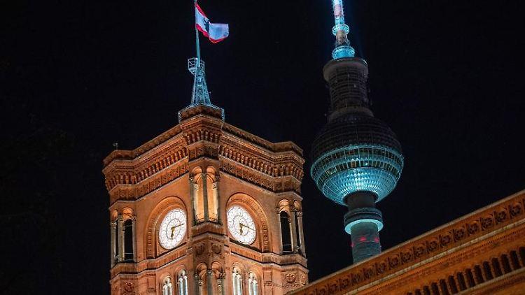 Blick auf das Rote Rathaus und den Fernsehturm. Foto: Christophe Gateau/dpa/Archivbild