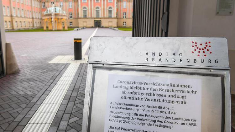 Ein Schild weist auf den für Besucher geschlossenen Landtag im Stadtschloss hin. Foto: Julian Stähle/dpa-Zentralbild/dpa/Archivbild