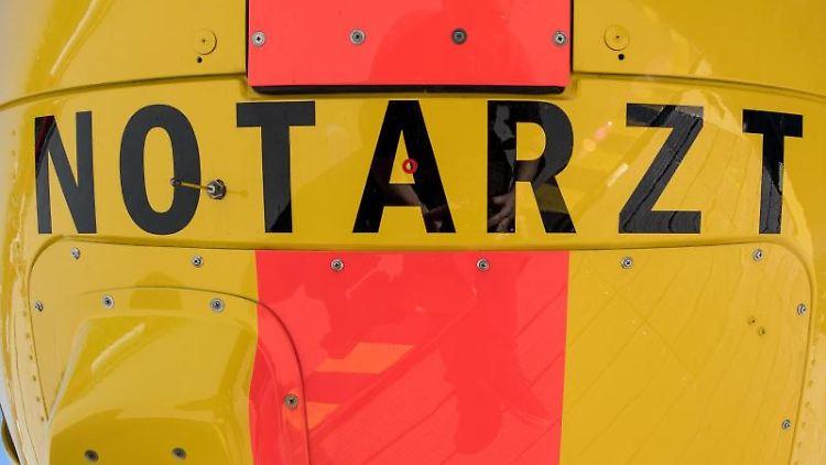 Die Aufschrift Notarzt steht auf der Unterseite eines Rettungshubschraubers. Foto: Fabian Sommer/dpa/Symbolbild