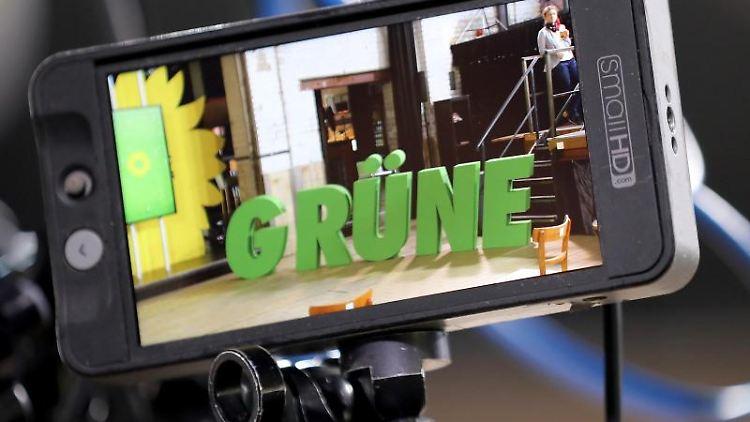 Das Logo von Bündnis 90/Die Grünen ist bei der Vorstellung der Kommunalwahl-Kampagne der Partei inNRWauf einem Monitor zu sehen. Foto: Oliver Berg/dpa