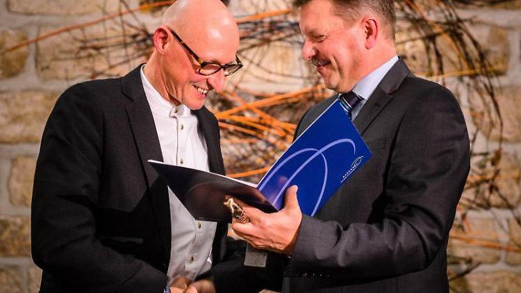 Bert Wendsche (parteilos, r.), Oberbürgermeister von Radebeul, und Dr. Jörg Bernig. Foto: André Wirsig/dpa-Zentralbild/dpa/Archivbild