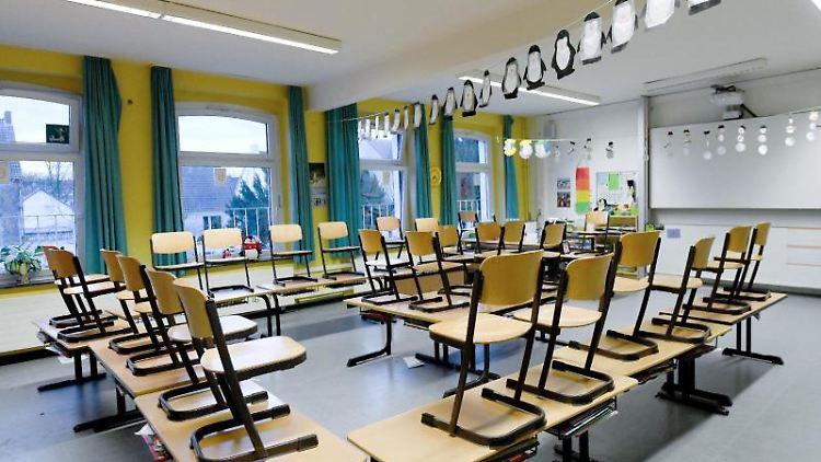 Ein leeres Klassenzimmer. Foto: Caroline Seidel/dpa/Symbolbild
