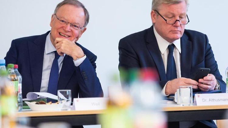 Stephan Weil (SPD, l.), Ministerpräsident und Bernd Althusmann (CDU, r.), Minister für Wirtschaft. Foto: Philipp Schulze/dpa/Archivbild