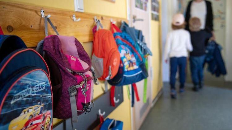 Kinderrucksäcke hängen im Eingangsbereich in einer Kita. Foto: Monika Skolimowska/dpa-Zentralbild/dpa/Symbolbild