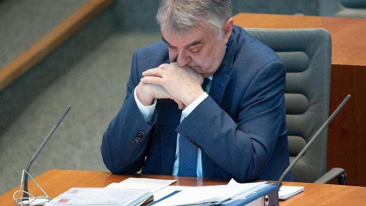 Herbert Reul (CDU), Innenminister von Nordrhein-Westfalen, verfolgt die Debatte im Landtag. Foto: Federico Gambarini/dpa
