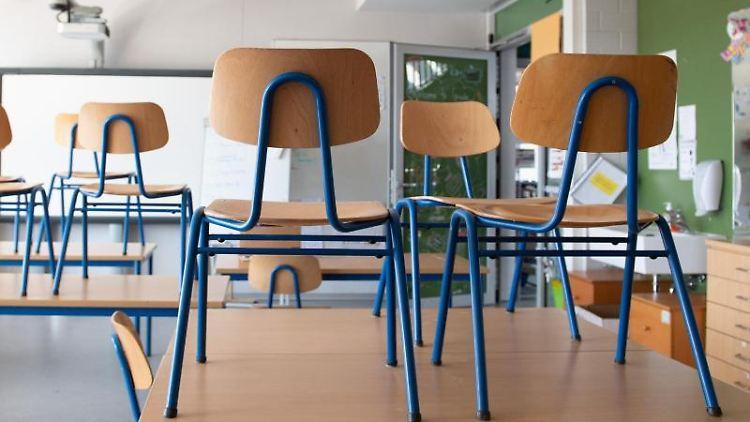 Stühle stehen auf den Tischen in einer Schule. Foto: Sebastian Kahnert/dpa-Zentralbild/dpa/Archivbild