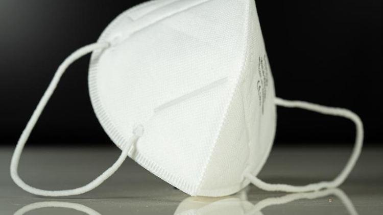 Aufnahme einer Atemschutzmaske vom Typ FFP3. Foto: Friso Gentsch/dpa/Archivbild