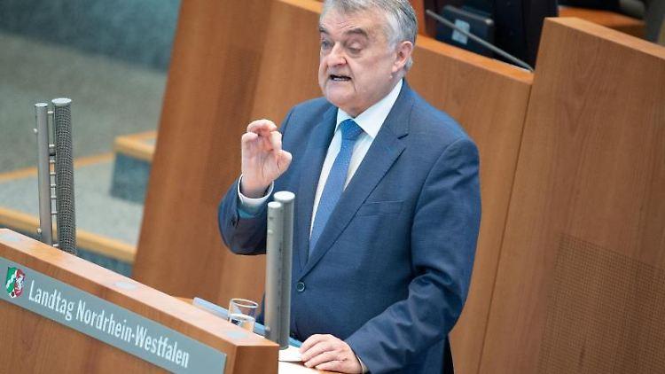 Herbert Reul (CDU), Innenminister von Nordrhein-Westfalen, spricht im Landtag. Foto: Federico Gambarini/dpa/Archivbild