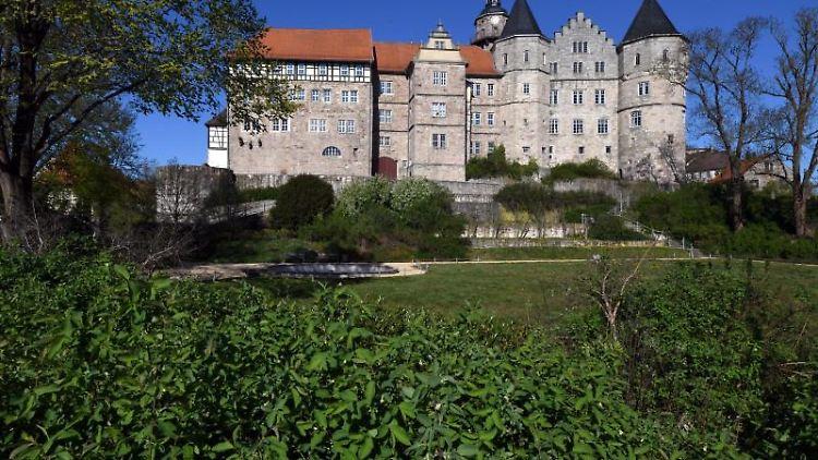 Der Schloßpark an der Bertholdsburg, in der sich das Naturhistorische Museum befindet. Foto: Martin Schutt/dpa-Zentralbild/dpa