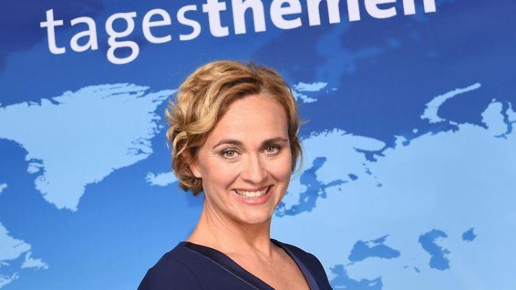Die ARD Tagesthemen-Moderatorin Caren Miosga lächelt in Hamburg bei einem Fototermin. Foto: Daniel Bockwoldt/picture alliance / dpa