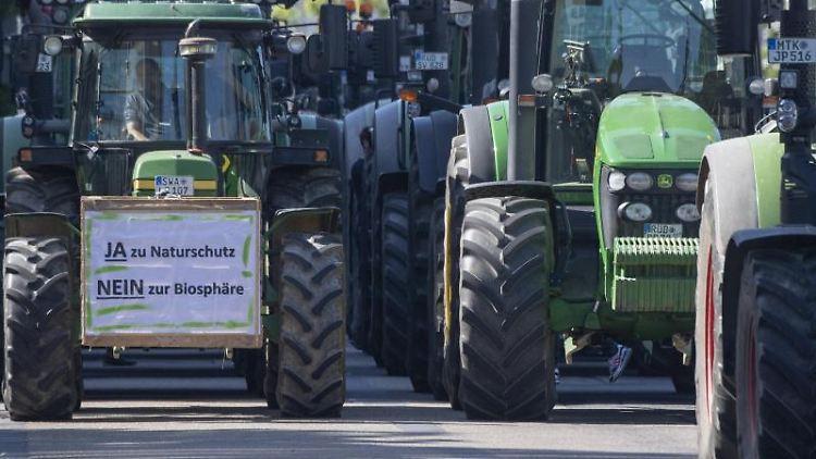 Mit ihren Traktoren demonstrieren Landwirte gegen Umweltauflagen. Foto: Boris Roessler/dpa