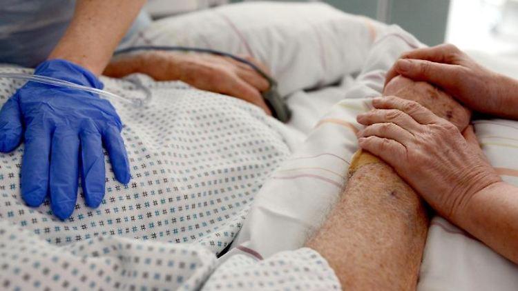 Krankenschwestern mit einem Patienten auf einer Intensivstation. Foto: Patrick Seeger/dpa/Symbolbild