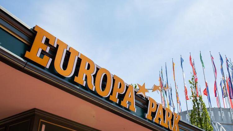Das Logo des Europa-Parks über dem Haupteingang. Foto: Philipp von Ditfurth/dpa