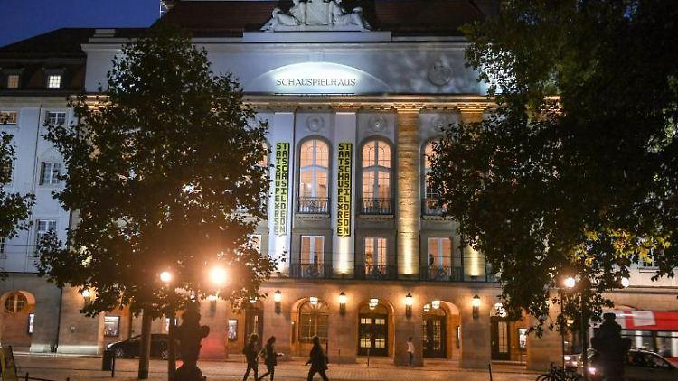 Das Gebäude vom Theater Staatsschauspiel Dresden am Abend. Foto: Jens Kalaene/dpa-Zentralbild/ZB