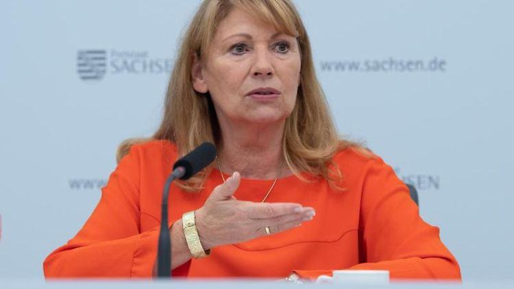 Petra Köpping (SPD), Sozialministerin von Sachsen, spricht zur Presse. Foto: Sebastian Kahnert/dpa-Zentralbild/dpa