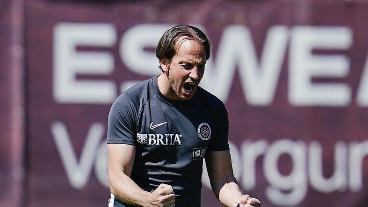 Wiesbadens Trainer Rüdiger Rehm freut sich. Foto: Uwe Anspach/dpa