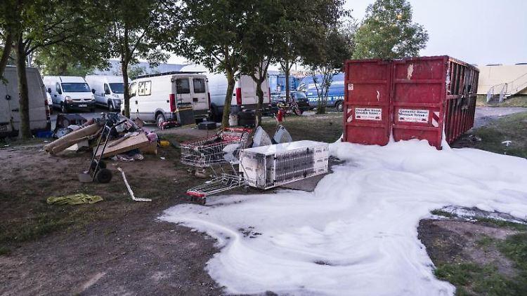 Löschschaum liegt auf dem Boden am Rande einer Hochhaussiedlung. Foto: Frank Rumpenhorst/dpa