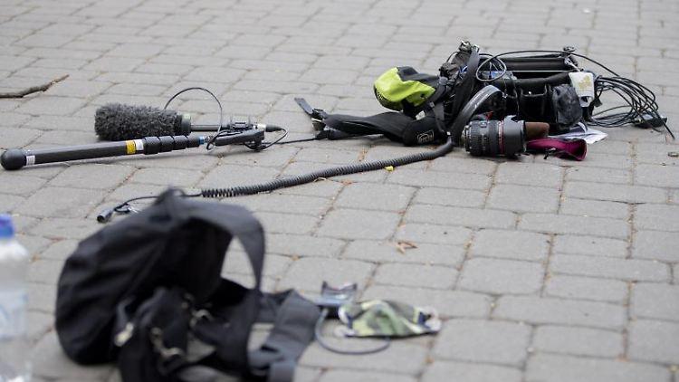 Die Ausrüstung eines Kamerateams liegt nach einem Übergriff zwischen Alexanderplatz und Hackescher Markt auf dem Boden. Foto: Christoph Soeder/dpa/Archivbild