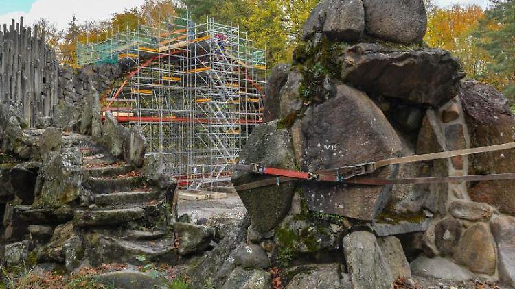Gesichert sind Felsbrocken der Grotte vor der eingerüsteten Rakotzbrücke im Rhododendronpark Kromlau. Foto: Patrick Pleul/dpa-Zentralbild/ZB/Archivbild