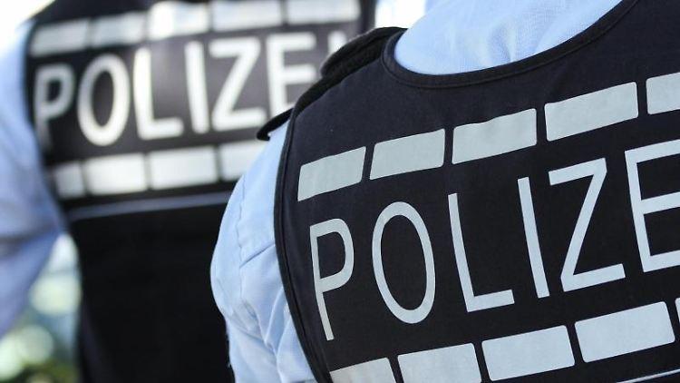 In Westen gekleidete Polizisten stehen in der Stadt. Foto: Silas Stein/dpa/Illustration