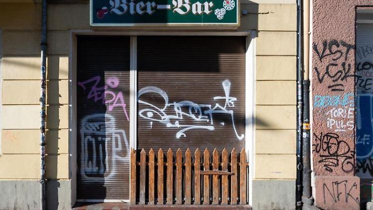 An einer Bar in Berlin sind die Rolläden geschlossen. Foto: Christophe Gateau/dpa/Archivbild