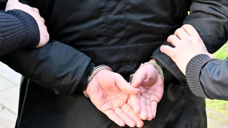 Ein Mann wird festgenommen. Foto: Carsten Rehder/dpa/Symbolbild