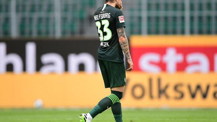 Wolfsburgs Daniel Ginczek geht nach dem Spiel vom Platz. Foto: Swen Pförtner/dpa-Pool/dpa