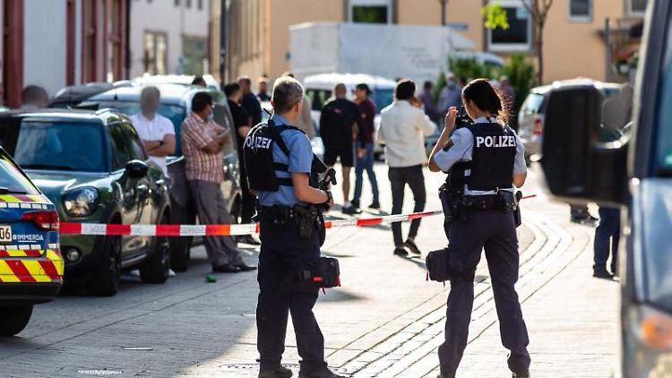 Polizisten stehen in der Rheinstraße. Foto: Heiko Hahnenstein/Wiesbaden112.de/dpa
