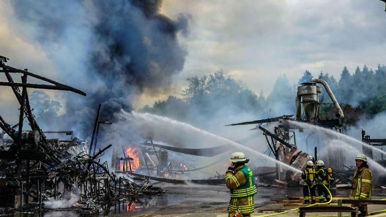 Die Feuerwehr löscht den Brand in einem Sägewerk. Foto: Kohls/Sueddeutsche Mediengesellschaft/dpa