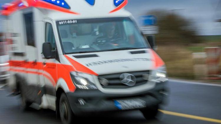 Ein Rettungswagen mit Blaulicht fährt über eine Straße. Foto: Jens Büttner/dpa-Zentralbild/dpa/Symbolbild