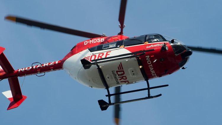 Ein Rettungshubschrauber fliegt durch die Luft. Foto: Stefan Sauer/zb/dpa/Symbolbild