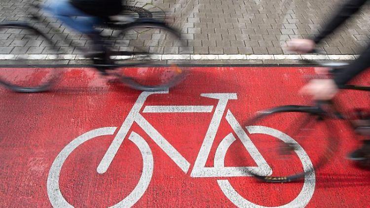 Radfahrer fahren auf einem Radweg. Foto: Friso Gentsch/dpa/Archivbild