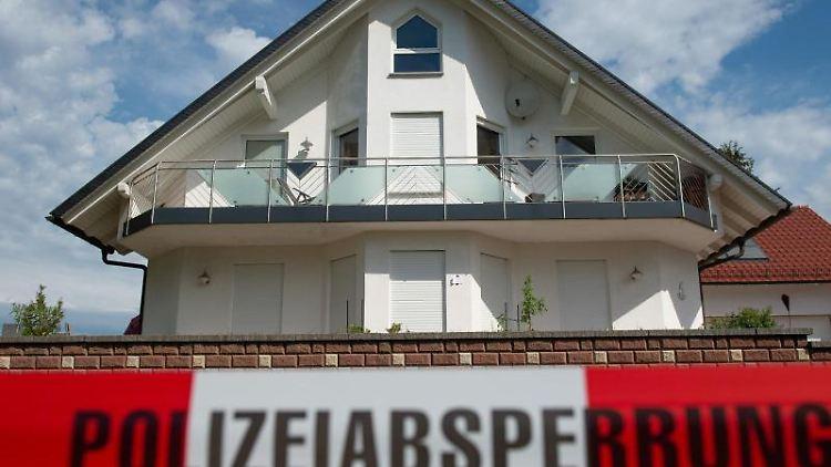 Blick auf das Haus des verstorbenen Kasseler Regierungspräsidenten Walter Lübcke (CDU). Foto: Swen Pförtner/dpa/Archivbild