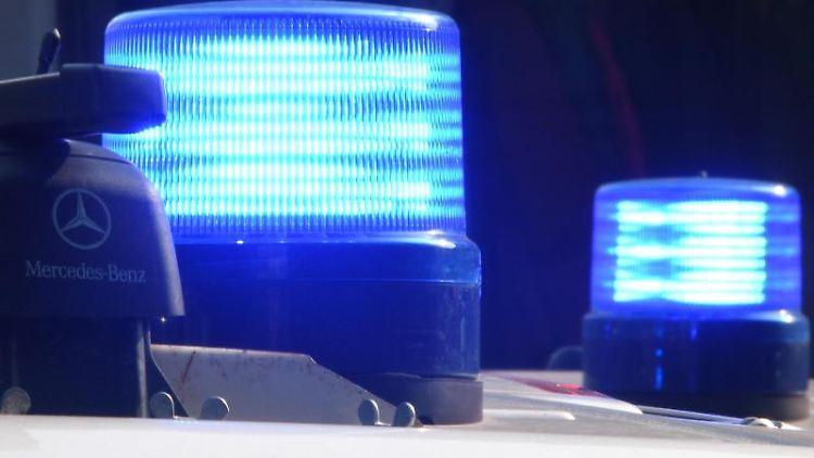 Polizeifahrzeuge stehen mit eingeschaltetem Blaulicht. Foto: Carsten Rehder/dpa/Symbolbild