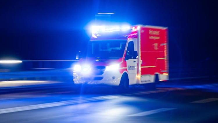 Ein Rettungswagen fährt mit Blaulicht durch eine Straße. Foto: Marcel Kusch/dpa/Illustration