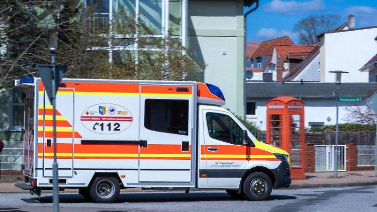 Ein Krankenwagen fährt vor dem Gelände des Mediclin-Krankenhauses. Foto: Jens Büttner/dpa-Zentralbild/ZB/Archivbild