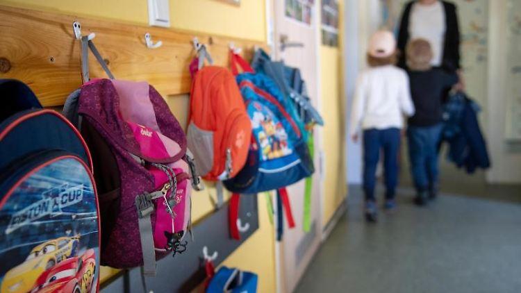 Kinderrucksäcke hängen im Eingangsbereich in einem Kindergarten. Foto: Monika Skolimowska/dpa-Zentralbild/dpa/Symbolbild