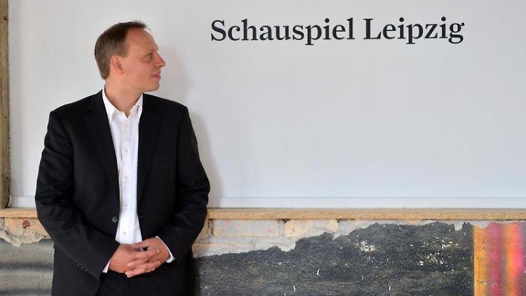 Der Intendant des Schauspiel Leipzig, Enrico Lübbe, sitzt im Schauspielhaus. Foto: Hendrik Schmidt/dpa-Zentralbild/dpa/Archivbild