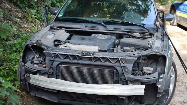 Das Foto zeigt einen Audi TT, an dem Motorhaube, Scheinwerfer und Stoßstange abmontiert wurden. Foto: ---/Polizei Mönchengladbach/dpa