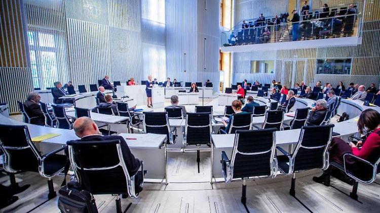 Ministerpräsidentin Manuela Schwesig (SPD, M) spricht im Landtag. Foto: Jens Büttner/dpa-Zentralbild/dpa/Archivbild